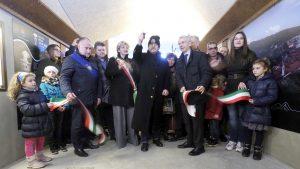 Inaugurazione dell'ascensore del Piagnaro - il taglio del nastro da parte Zucchero taglia il tricolore