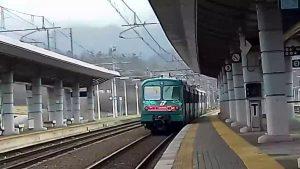 Treno in partenza dalla stazione di Aulla verso Lucca