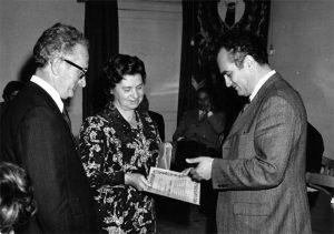 Fivizzano, 12 giugno 1972: Antonio Moratti, sindaco, consegna la medaglia d'oro con pergamena alla maestra Adelina Tonelli
