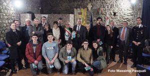 Foto di gruppo dei neo diciottenni di Filattiera che hanno ricevuto una copia della Costituzione Italiana