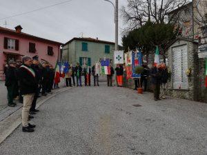 Un momento della commemorazione di fronte al monumento dedicato alle vittime del rastrellamento