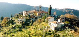 Una vista panoramica della frazione di Cecina a Fivizzano