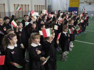 Gli alunni con le bandierine durante l'inaugurazione palestra ristrutturata Filattiera (foto Massimo Pasquali)