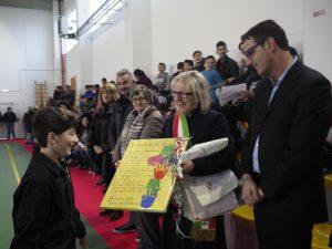 La consegna di un disegno realizzato dai ragazzi al sindaco di Filattiera (foto Massimo Pasquali)