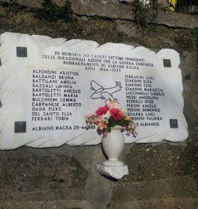 Il monumento ad Albiano dedicato ai caduti durante i bombardamenti della seconda guerra mondiale