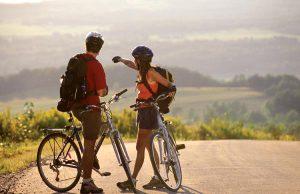 Un'immagine d'archivio di due cicloturisti