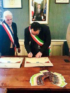 La firma del sindaco Claudio Novoa che sigla il gemellaggio. A sinistra il sindaco di Puylaurens Anne Laperrouze.