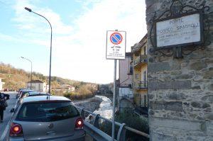 Le auto parcheggiate sul ponte Pompeo Spagnoli a Porta Parma