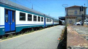 Un treno in sosta alla stazione di Collecchio lungo la tratta Parma-La Spezia