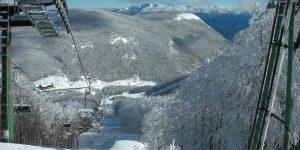 Una suggestiva immagine della seggiovia che porta alle piste da sci di Zum Zeri