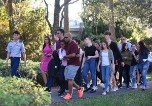 Studenti del liceo di Parkland, Florida, vengono fatti uscire dopo la strage (Agenzia SIR / AFP PHOTO / Michele Eve Sandberg)