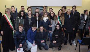 Foto di gruppo dei 18enni che hanno ricevuto la Costituzione durante la giornata delle civiche benemerenze (foto Massimo Pasquali)
