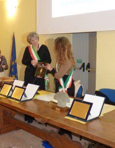 Lo scambio di doni tra i Comuni di Pontremoli e di Modena rappresentati dal sindaco Lucia Baracchini e dall'assessore modenese Ludovica Carla Ferrari