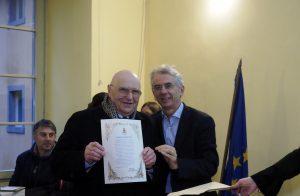 L'attestato consegnato a Giovanni Varoli della ditta General Beveraggi (foto Massimo Pasquali)