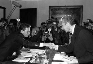 La stretta di mano tra il presidente della DC Aldo Moro e il segretario del PCI Enrico Berlinguer a Roma il 28 giugno 1977