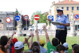 Un vigile insegna l'educazione stradale ad un gruppo di giovani