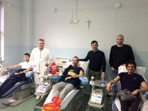Il presidente Fratres Armando Mastroviti (in piedi al centro) assieme al personale del centro trasfusionale e ai giocatori del Pontremoli Basket che stanno donando il sangue