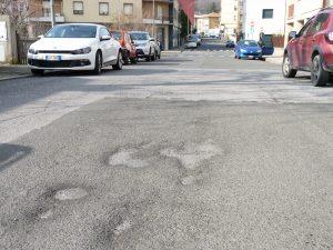 Alcune buche sull'asfalto stradale pontremole