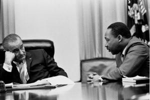 Washington, 18 marzo 1966. Martin Luther King alla Casa Bianca con il presidente Lyndon Johnson.