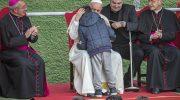 """Papa Francesco ai bambini nella parrocchia romana del Corviale: """"Dio ha un cuore di papà"""""""