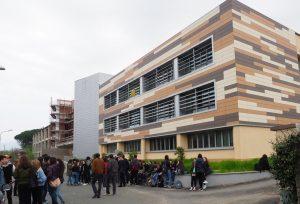 """Gli studenti protestano di fronte alla sede del """"da Vinci"""" di Villafranca"""