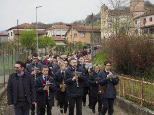 La processione verso il ponte guidata dalla Banda Musicale di Filattiera