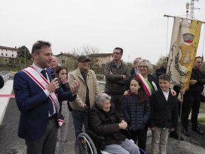 Il saluto del consigliere regionale Giacomo Bugliani. Alla sua destra, con la fascia tricolore, il sindaco di Filattiera, Annalisa Folloni.