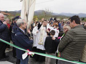 La benedizione del ponte da parte del parroco don Mario Arenare