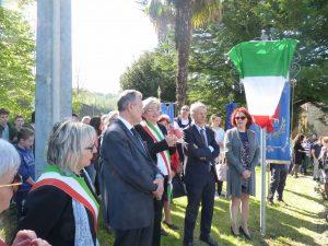 Alcune delle autorità presenti: da sinistra, il sindaco di Filattiera Annalisa Folloni, il prefetto di Massa Carrara, Enrico Ricci, il sindaco di Pontremoli, Lucia Baracchini, la nipote di Laura Seghettini, Gisella Seghettini.