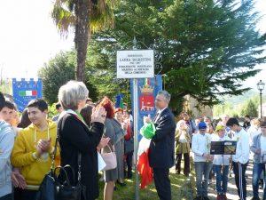 Lo scoprimento della targa da parte del prefetto Enrico Ricci e della nipote Gisella Seghettini