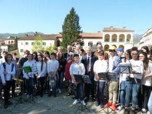 Foto di gruppo con le autorità e alcuni degli alunni presenti