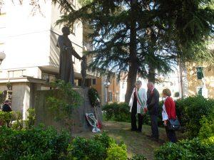 25 Aprile a Pontremoli la deposizione della corna di fronte al monumento ai Caduti e a quello che ricorda Mons. Sismondo