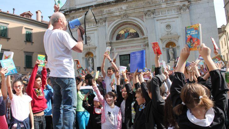 """Il libro colora la piazza pontremolese con il """"Flash Book Mob"""""""