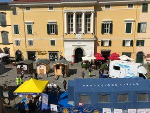 """Un'immagine dall'alto dell'edizione 2018, con piazza della Repubblica """"invasa"""" dai vari ambulatori allestiti dal Lions"""