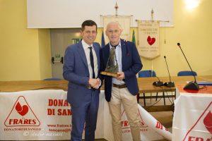 Stefano Gussoni (a destra) viene premiato dal presidente Mastroviti per aver raggiunto il numero record di 211 donazioni