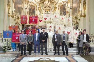 La grande famiglia dei Fratres con i vari labari nella foto di gruppo al termine della S. Messa in Duomo