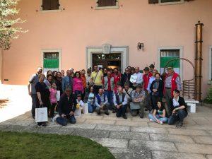 Foto di gruppo dei partecipanti all'adunata assieme al Coro A.N.A. Notte SIllara