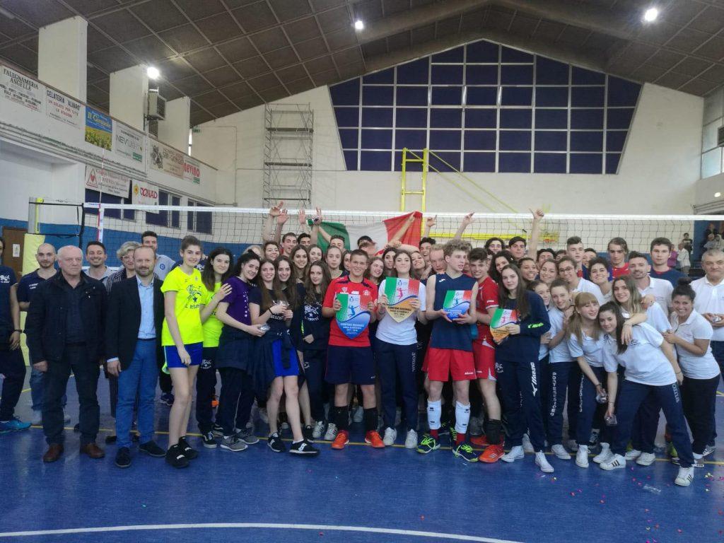 Foto di gruppo con tutti i partecipanti alla giornata di festa
