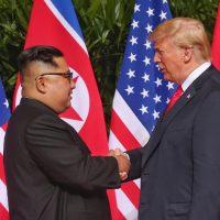 Donald Trump e Kim Jong-un: una stretta di mano per un futuro di pace