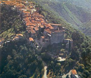 Il castello e il borgo di Fosdinovo in una foto del 1980