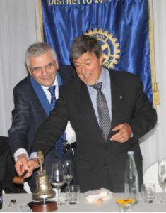 Maldini (a sinistra) e Bergamaschi effettuano lo scambio della campana