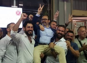 I sostenitori di Persiani portano in trionfo il neosindaco