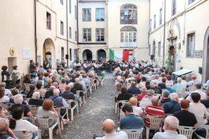 La piazzetta della Pace cha ha ospitato il concerto (foto Walter Massari)