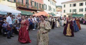 Il passaggio del gruppo storico per le vie di Fivizzano