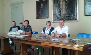La presentazione del progetto della Lunigiana card con al centro i sindaci di Pontremoli, Lucia Baracchini, e di Fivizzano, Paolo Grassi.