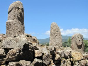 Particolare del monumento centrale del parco. In primo piano la famosa statua menhir Filitosa IX