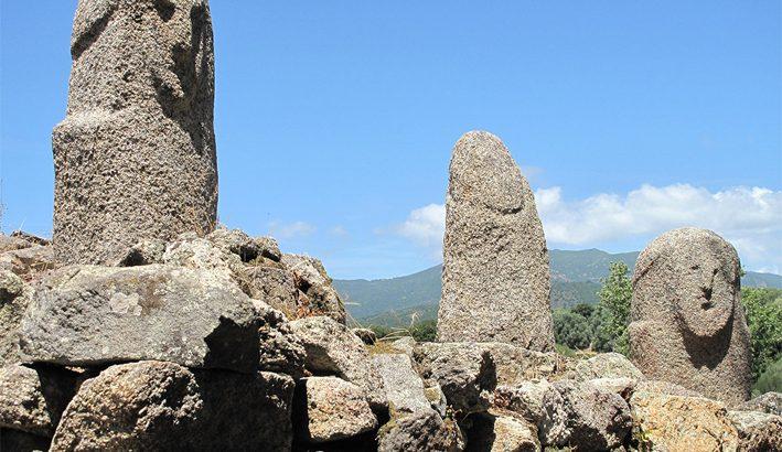 In Corsica a tu per tu con le stele menhir del parco di Filitosa