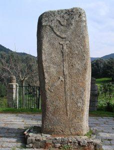 La statua menhir Filitosa V con il suo corredo di armi.