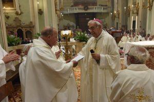 Il Vescovo Giovanni festeggia don Tonino Cocchi per i 60 anni di sacerdozio