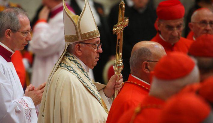 Papa Francesco: ai piedi degli altri per servire Cristo